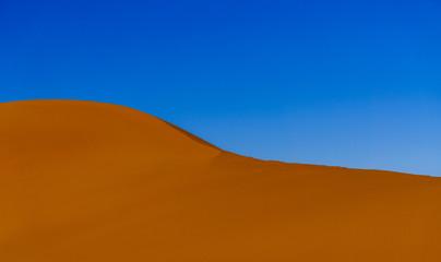 Düne in der Sahara Wüste und blauer Himmel