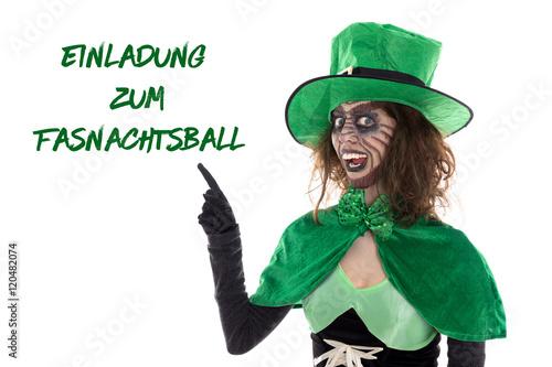Witziger grüner Kobold zeigt auf Text, Einladung zum Fasnachtsb ...