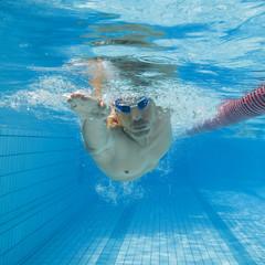 Mann beim schwimmen im Freistil Kraulen