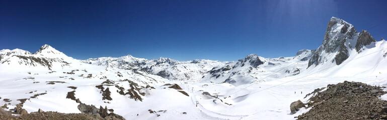 vue panoramique sur montagnes enneigées