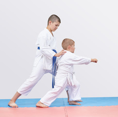 Little athlete beats punch arm under the guidance of senior