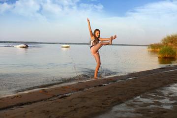 Śliczna dziewczynka, zabawa na brzegu jeziora.