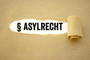 Aufgerissenes Papier mit Asylrecht