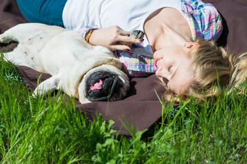 девушка с собакой лежат на траве