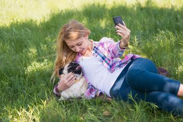 девушка фотографирует собаку