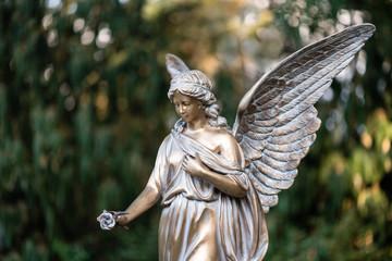 Engel aus Bronze am Friedhof als Trauerkarte