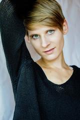 Portrait einer jungen Frau in schwarzem Pullover