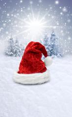 Wall Mural - Verschneiter Weihnachtshintergrund mit Nikolausmütze