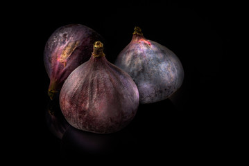 Black figs isolated on black board and reflections