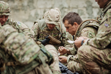 british soldiers team eating on the battlefield
