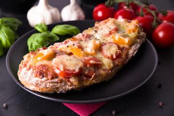 Rustikales Pizzabaguette mit Tomate und Paprika