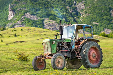 Fototapete - Old rusted tractor parked in nature.