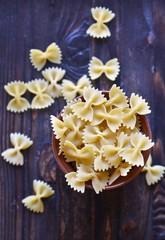 сырая паста на деревянном фоне