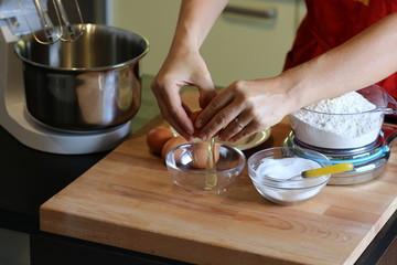 mani donna che rompe le uova