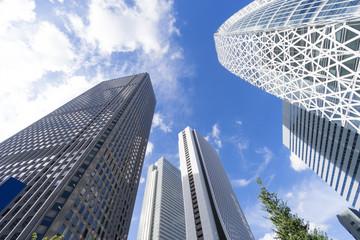 新宿高層ビル群 見上げる 清々しい 青空 雲 緑 コクーンタワー前