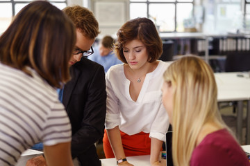 team im büro schaut konzentriert auf unterlagen