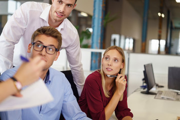 team im büro bespricht ein problem