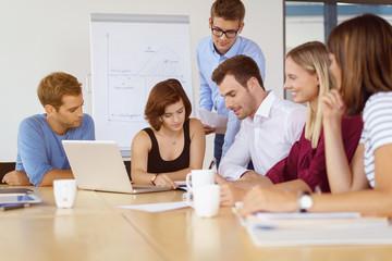 mitarbeiter in einem meeting im besprechungsraum