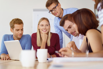 motiviertes team in einem meeting