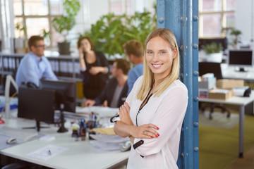zufriedene mitarbeiterin in der firma