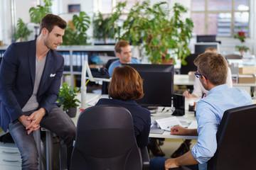 kollegen unterhalten sich im büro
