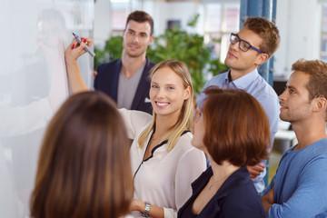 gruppe im büro arbeitet zusammen am whiteboard
