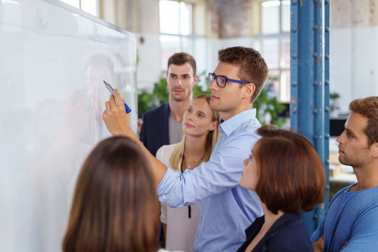 mitarbeiter arbeiten zusammen an einem projekt