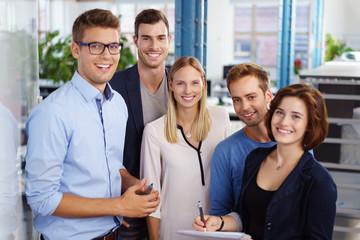 motiviertes junges team im büro