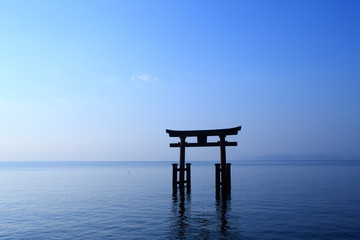 琵琶湖、白髪神社の鳥居