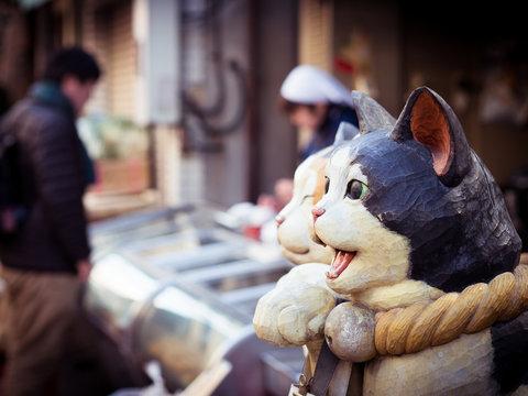 招き猫越しの商店