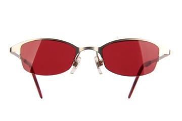 Sonnenbrille mit roten Gläsern freigestellt
