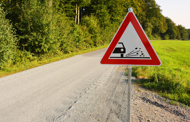 Rollsplitt mit Verkehrszeichen