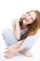 Frau beim Telefonieren freudig