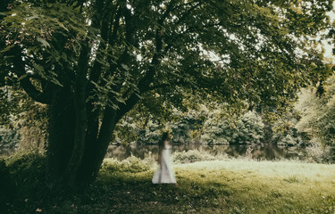 Fototapeta Walking woman in a white dress obraz