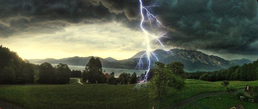 Gewitter über dem Attersee, Salzburger Land Österreich