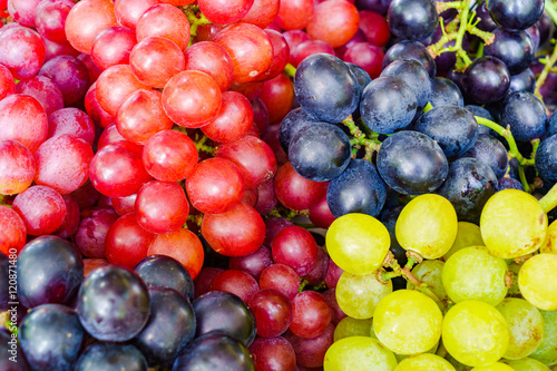 Fototapete Pile of various kinds of grapes