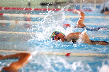 Ragazzo vince nuotando in piscina
