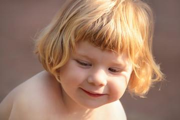 Portrait Kleines rotblondes Mädchen lächelt verträumt