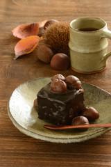 栗とチョコレートのケーキ 木目背景