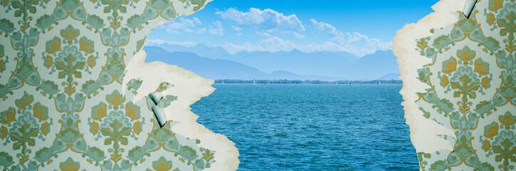 Tapetenwechsel Sinnbild für Neues und Veränderung alte Tapete mit einem Blick auf See