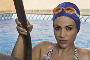 Mujer dentro de la piscina de natación