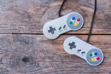 Videospiel Controller auf Holzuntergrund