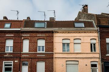 Maisons de briques rouges dans les rues de Croix