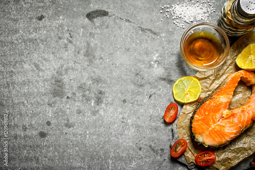 Fotoğraf: Grilled salmon with olive oil, tomatoes, lemon and spices.