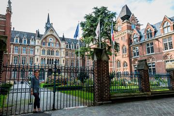 Femme devant Les facultés catholiques de Lille