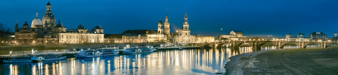 Fotomurales - Night panorama of Dresden Old town with reflections