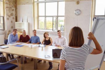 junge leute hören der referentin in einem seminar zu
