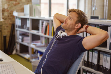 mitarbeiter sitzt entspannt am arbeitsplatz