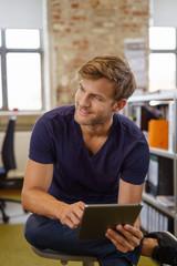 angestellter mit tablet-pc im büro