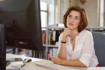 nachdenkliche junge frau im büro